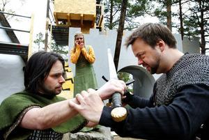 Robin Hood (Daniel Magnusson) och sheriff Guy av Gisborne (Jürgen Wenzel) i fajt medan Marian (Ida Mullaart) förfärat tittar på.