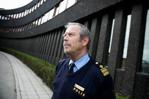 Enligt Stefan Dangardt, presstalesman på dalapolisen, är det ovanligt att en man i clownmask rånar en pizzeria med pistol.