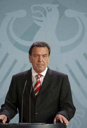 Socialdemokraten Gerhard Schröder som la fram förslagen hårdare regler för arbetslösa straffades för detta följande val. Låglönelinjen har heller inte bidragit till ökad tillväxt.