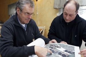 Mauritz Ouchterlony, till vänster, och Johan Sjöberg visar bilden på parhusen som ska bli sammanlagt tolv stycken och byggas i två etapper.
