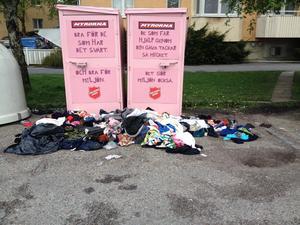 Så här har det sett ut utanför vår lägenhet. Det blev tyvärr ännu mer kläder på marken några dagar senare.