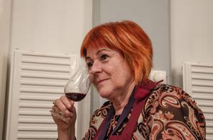 Berit Kallas känner vilka dofter som karaktäriserar ett av kvällens viner.