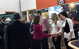 15.25 Kungaparet har fått en kortfattad presentation av företaget Sandvik och dess produkter och eleverna Johan Svensson, Marika Källman och My Fransson har berättat om sin skola, Göranssonska skolan. Nu är det dags för avfärd till arenan.