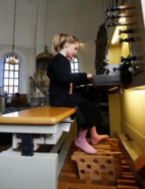 Att nå ner till fotpedalerna var inte lätt för Hilda Knollenburg så det krävdes förlängare för att hon skulle kunna spela med både händer och fötter på kyrkorgeln i Selångers kyrka.