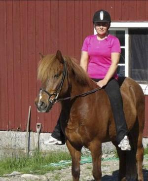 Marina Johansson med hästen Kiljan som mötte björn.