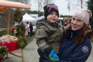 Avestabon Anna Forsberg, här med treårige sonen Alexander, besöker Åvestbo julmarknad varje år.