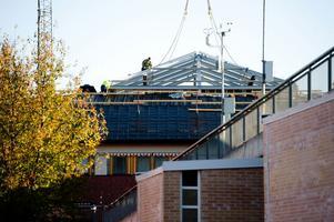 På måndagsmorgonen lyftes taket till innergården på plats. Detta är en del i Trafikverkets lokalsamordning i Borlänge.