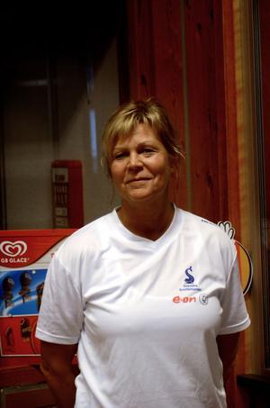 Carina Löfgren är simlärare i Skönvikshallen och brukar även vara badvakt på helgerna.