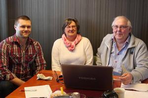Fredrik Gidlöf, till vänster, är jury i tävlingen. Till höger sitter makarna Berit och Erik Olsson.