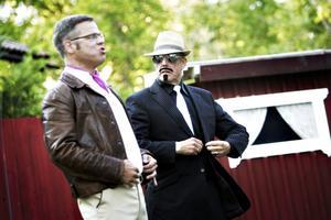 Magnus Larsson och Leif Holmgren i en av de dråpliga scenerna. De sju skådisarna har repeterat sedan februari. När det så blev premiär skulle alla tio föreställningar spelas inom loppet av en dryg vecka. På torsdagen hade man nått halvtid.