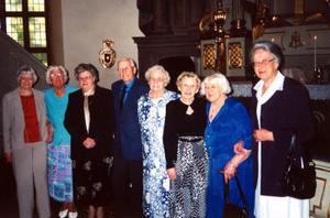 För 70 år sedan konfirmerades detta glada sällskap i Selångers kyrka. Den 5 juni i år återförenades de för att fira jubileumet. Från vänster: Ingrid Ledin, Ingrid Grafström, född Hedin, Vailet Larsson, född Lind, den ende killen i gruppen Sven Vestlund, Ida Velander, född Nordström, Aina Eriksson, född Andersson, Ingrid Persson, född Skalin, och Ingrid Zetterberg, född Tjernblom. Anna-Lisa Andersson, Mary Rex, Margit Svedin, Karin Hallberg-Borg och Ingegerd Delder kunde inte närvara.