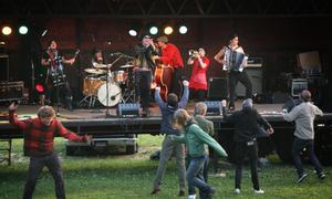 När Dorlene love tog plats på scenen utbröt en danskavalkad och publiken hoppade av glädje. Då fanns det inga regler för hur dansstegen skulle tas.