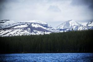Den västjämtska fjällvärlden från Storsjö kapell. Snöoväder på väg in över fjällen