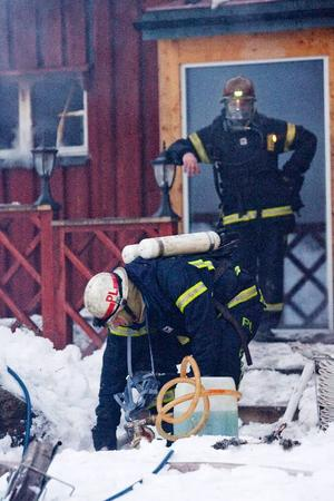 Rökdykare och annan personal hade svårt att få elden i den ena gaveln av huset under kontroll.