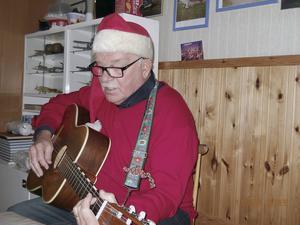 Tord Berbres hade med sig sin gitarr sjöng, spelade och berättade under luciafikat.