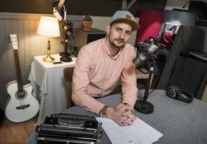 När radioproducenten och komikern Max Landergård bestämde sig för att skriva en bok gjorde han det direkt för ljudboksformatet.