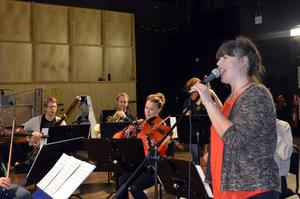 Oboisten Sanna Salomaa sjunger Kai Gullmars musik med ensemblen.
