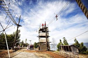UTGÅNGSPUNKT. För att ta sig ut på höghöjdsbanan klättrar man upp i tornet och blir fastspänd åtta meter från luften och får sedan ta sig runt banan med hjälp av balans, mod och några lianrep. Åtta meter kanske inte låter så mycket men visst pirrar det i magen att ta de första stegen ut från tornet...