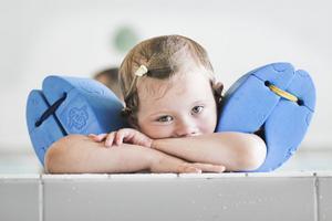 Emilia Bergvall, fyra år gammal, vilar, tar det lugnt och slappnar av.