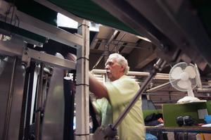 xLeif Lindqvist jobbar i beredningen med att forma väven till ärmar och ben genom ånga och värme i en speciell maskin. Leif Lindqvist med sina 43 år i branschen tillhör de verkliga veteranerna.
