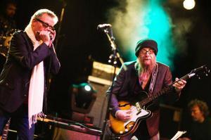 Mats Ronander och Nikke Ström lirade blues med gung när bluesfestivalen invigdes på fredagskvällen.  Foto Lars Eije-Lyrfelt