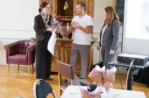 Bissen Mathias Larsson och ordförande för Bissen Brainwalks insamlingsfond Gisela Stockhaus lämnar över blommor och 250 000 kronor i värdebevis till forskaren Anja Smits.