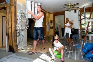 Familjen Norgren, pappa Jan-Erik, mamma Sofia, barnen Oscar och Maya (som dansar bakom mammas rygg) i den del av huset som snart ska bli kök.