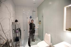 I badrummet använder Sonja Andersson två mikrotrasor, en till toastolen och en till resten. Hon putsar efter med en torr bomullstrasa och speglarna blir rena med bara vatten och mikrotrasa.