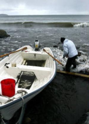 I snöblandat regn stod Tranvikenbon Benny Fors i går och försökte palla upp sin båt, som fått sig en smäll i nattens blåst.