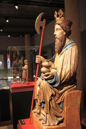 S:t Olof övervakar utställningen Forntida stränder på Murberget. Den stora S:t Olof kommer från Ulfsby kyrka i Satakunta. Den lilla S:t Olof kommer från Multrå kyrka.