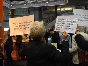 När Ungerns monter skulle invigas protesterade översättare och författare med plakat där de uppmanade besökarna att vända ryggen till.