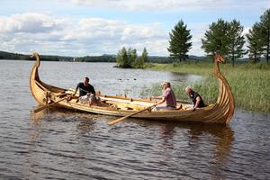 Den första premiärturen för vikingaskeppet. Per-Arne Forsberg sitter längst till vänster i bild.