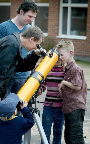 Konstig manick. Stjärnkikaren på skolgården lockade till sig en del nyfikna. Mer i vilken ände ska man titta?