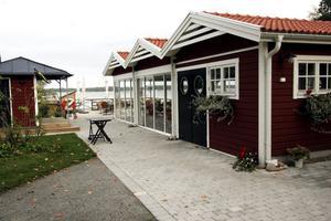 Restaurang Sjökrogen. Har varit i gång flera säsonger. När gästgiveriet står klart blir det servering året runt i Katrinelund. Sjökrogen ligger invid badet i Katrinelund som har sandstrand, badbrygga, stora gräsytor, grillplats och torrtoa.