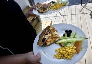 LUNCH. Smörgåsar och pajer står på menyn för den som är hungrig.