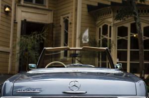 De två knappt märkbara fenorna i 280 SL:s akter var en flirt med 1950-talets bulliga former, och ett försök att få även amerikaner att gilla den.