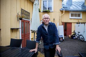 Caj-Åke Hägglund på den mysiga innergården framför lägenheten – samma innergård där hans