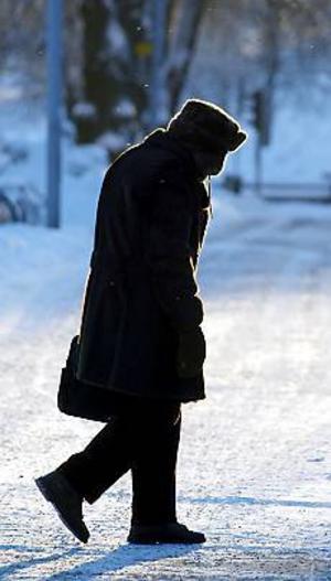 Foto. LASSE HALVARSSON Kallt i Gävle. Det gäller att vara påpälsad oavsett om man promenerar eller är ute och cyklar när temperaturen kryper ner mot minus 20 grader.