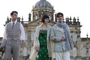 Förlorade igen. Matthew Goode (uppkomlingen Charles) tillsammans med Hayley Atwell och Ben Whishaw som aristokratiska syskon, framför familjegodset Brideshead. Foto: SF
