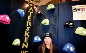 Johanna Falk Gustavsson driver tillsammans med Mira Andersin företaget UF Återsken. De skapar reflexmössor för den som vill synas bättre i trafiken.- Vi har båda precis tagit körkort och insett hur viktigt det är att synas.FOTO: TOMAS NYBERG
