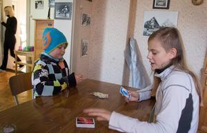 Tim Fredriksson och Tova Ohlson spelar Uno.
