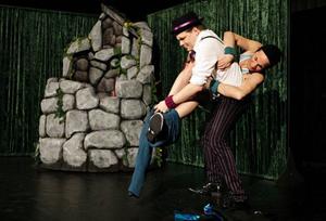Niklas Larsson och Ingemar Raukola bjöd på fantasifull  berättarteater.