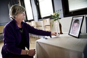 Läraren Lolita Forslund tänder ett ljus till minne av den omkomne Anders Lind.