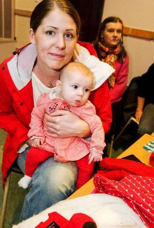 """""""Det är helt vansinne hur det här har skötts"""", säger Karolina Hemborg med lilla Olivia, fyra månader, i famnen."""