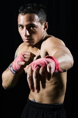 – Jag har thaiboxats, prövat MMA – den betydligt mer brutalare boxningsvarianten – och ägnat mig åt traditionell boxning i flera år. Kampsporter är min melodi, säger Jon Henrik Fjällgren.