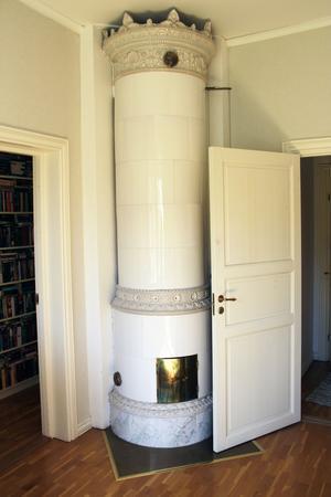 Kakelugnen i sovrummet är original och har stått där sedan huset byggdes 1893.