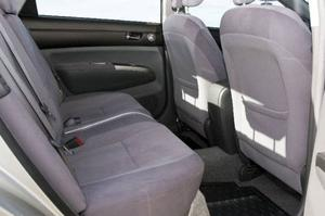 Bildtext 10: Bra för benen. Prius II är något längre än föregångaren, vilket gör benutrymmet bättre. Det är sämre ställt med takhöjden i baksätet.Foto: Tomas Hägg
