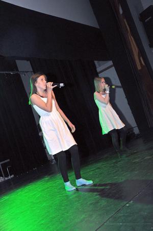 Nathalie Nordman och Julia Jonsson i ett sångnummer