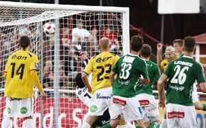 FEL PLATS BLEV RÄTT. Johan Eklund (längst bort i klungan) ser att bollen sitter i nättaket. Han brukar inte vara i den positionen vid hörnor, men fel plats blev rätt.