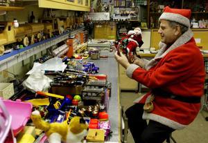 Inne i verkstaden lagade Yngve alla leksaker som sedan utsatta barn fick i julklapp. Han levererade dem själv.